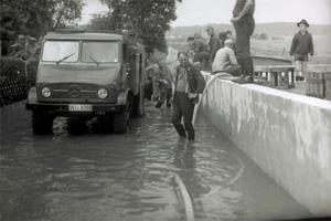 Im Mühlweg – Ecke Alter Weg – Im Vordergrund Helmut Deutsch, rechts mit Hut Heinz Godulla